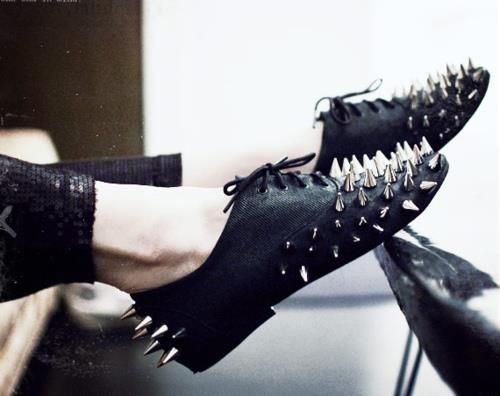 Oxford shoes with spikes