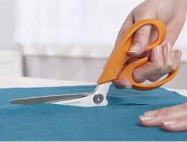 Fiskars 9 inch table top scissor razor edge